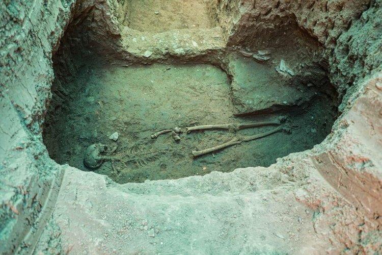 (تصاویر) کشف اسکلت بانوی اشکانی در تپه اشرف اصفهان
